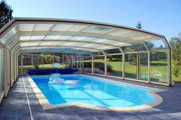Faire installer un abri de piscine par un professionnel près de Bordeaux