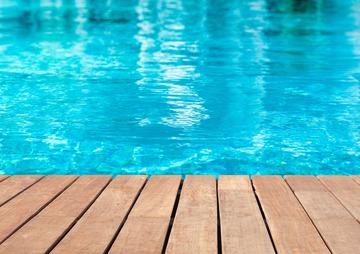 Terrasse et plage de piscine dans la région de Créon